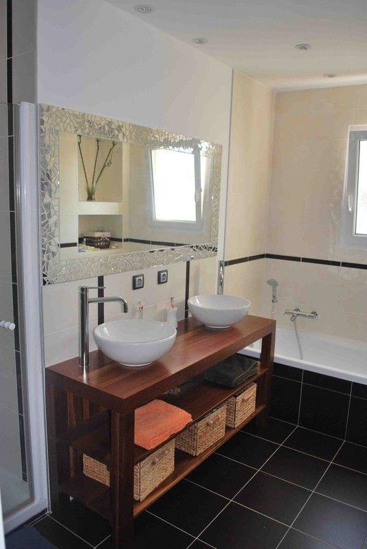 Une grande salle de bains lumineuse for Salle de bain lumineuse
